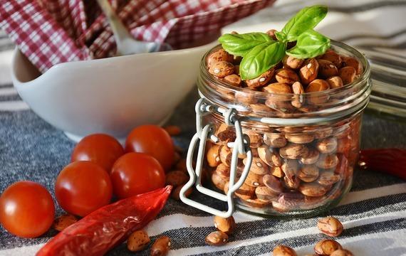 Fazole s chilli a rajčatovým salátem
