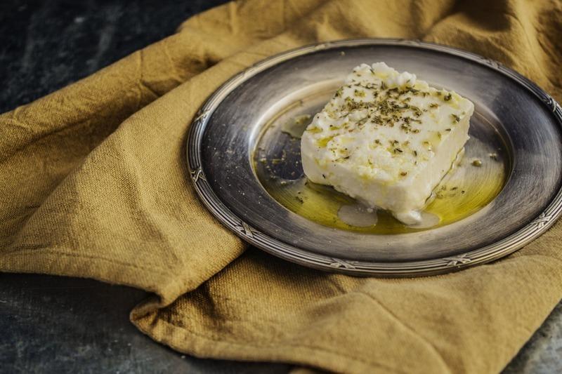 Bylinková feta s nektarinkovým salátem a mákovým dresinkem