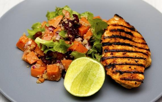 Kořeněný kuřecí salát s brokolicí