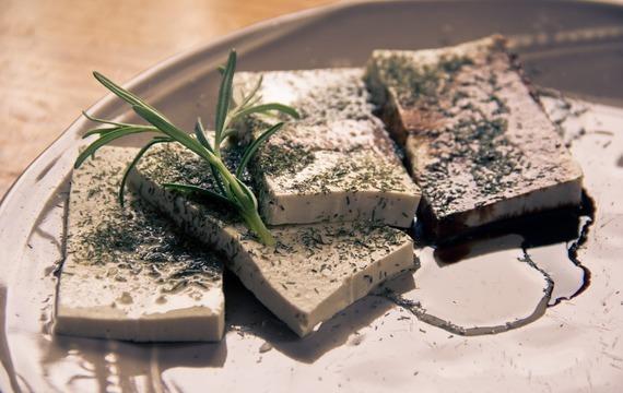 Asijské tofu s nudlemi a cukrovým hráškem
