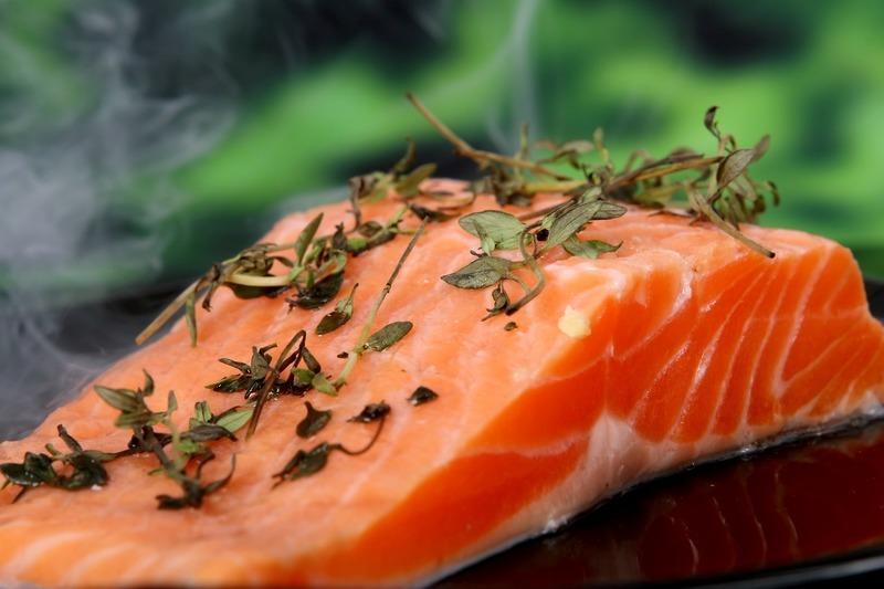 Zdravé lososové koule s mrkvovým salátem