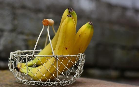 Obrácený banánový koláč s omáčkou z javorového sirupu a karamelu