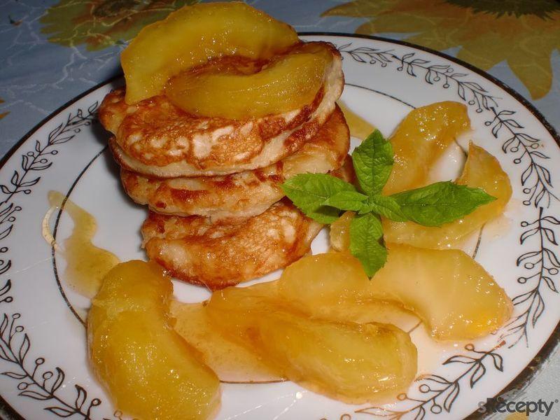 Kynuté jablečné lívance s jablíčky v karamelu