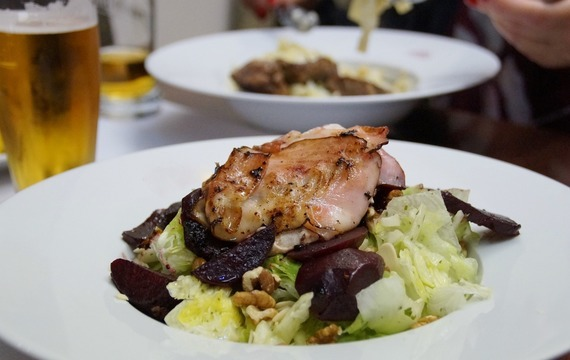 Teplý salát se slaninou a fazolkami
