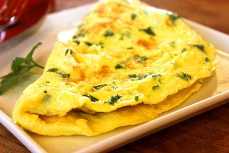 Vaječná omeleta s hráškem a šunkou