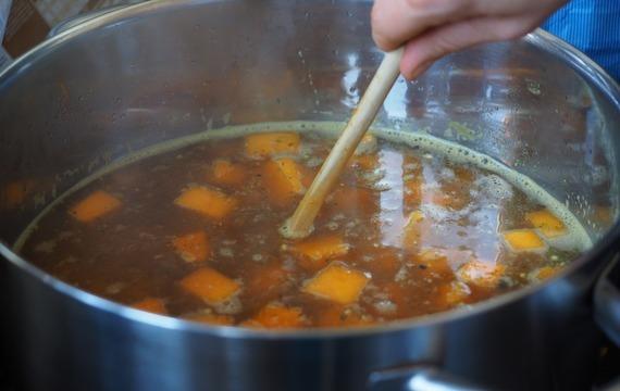 Vývar s mrkvovo-sýrovým kapáním