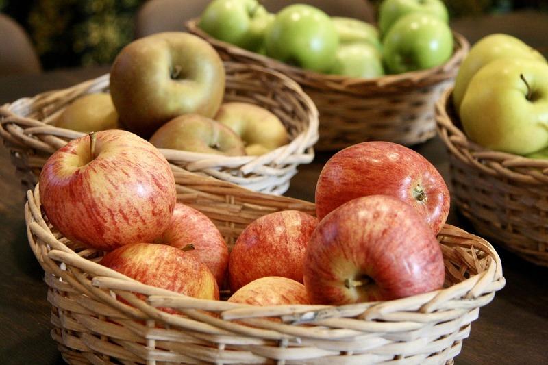 Jablečný salát s malinami