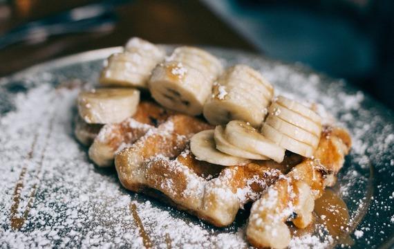 Smažené banány v nadýchané kokosové peřince