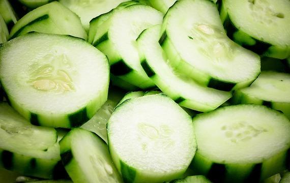 Okurko-kedlubnový salát