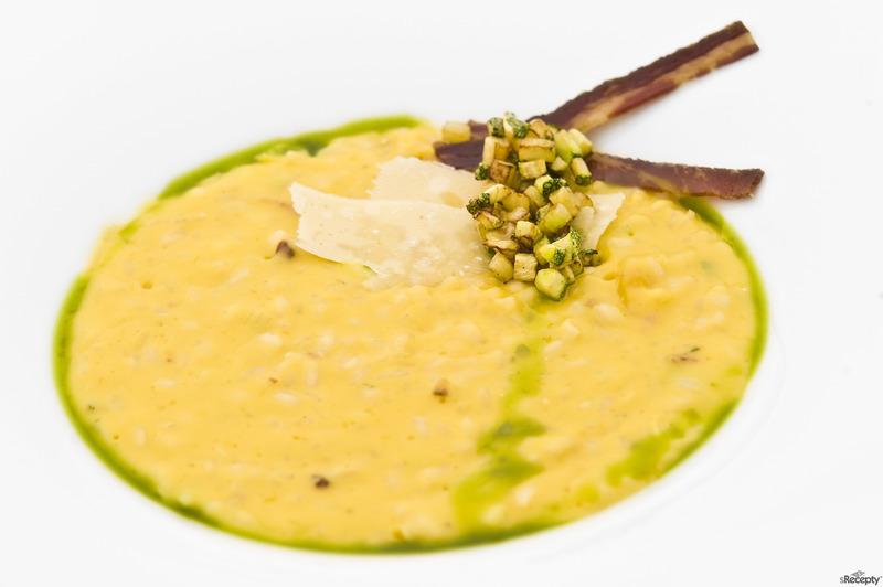 Dýňová krémová polévka s praženými dýňovými semínky