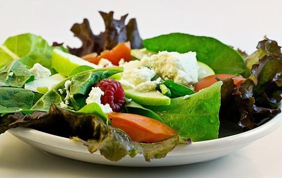 Salát se špenátem a provensálským kuřetem
