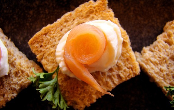 Kanapky s lososovým tartarem a citrónovým máslem