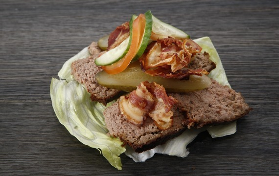 Pečená zvěřinová paštika s marinovanou dýní v karamelu s hřebíčkem a skořicí s lehkým salátkem