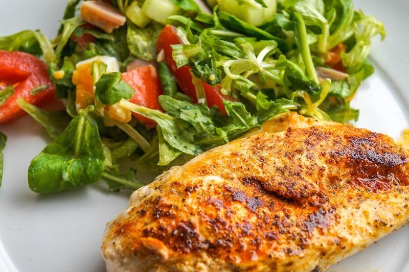 Zapečená kuřecí prsa s lečem a nivou