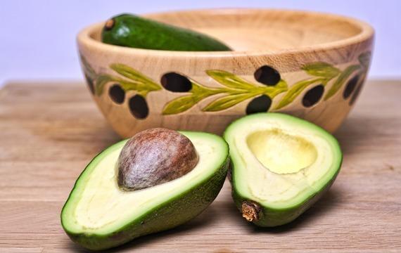 Salát s avokádem, fíky a zeleným kořením