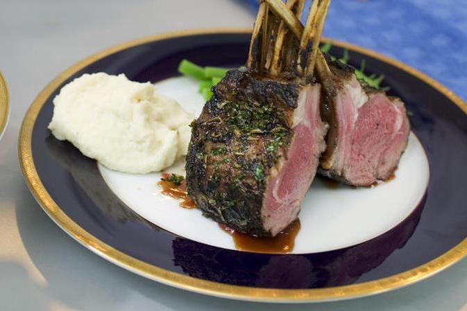 Jehněčí maso na česneku s bramborem a dušeným špenátem