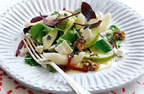 Jablečný salát s ořechy a hruškami