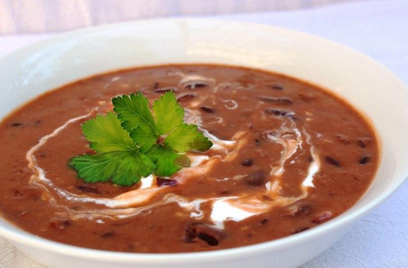 Fazolová polévka s česnekem a smetanou