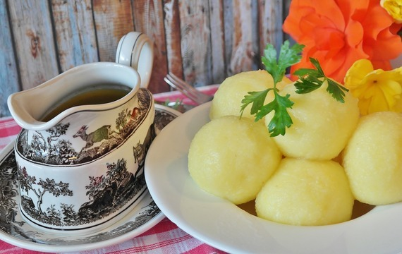 Bramborové knedlíky ze syrových a vařených brambor
