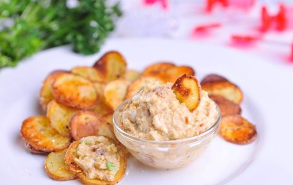 Bramborové chipsy s feta pomazánkou