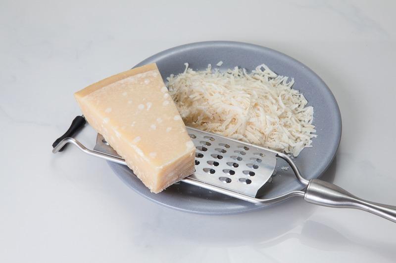 Domácí sýrové tyčinky (se sezamem, mákem...)