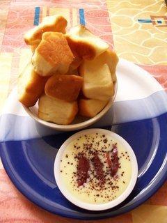 Domácí buchtičky s vanilkovým krémem a marinovanými švestkami v rumu