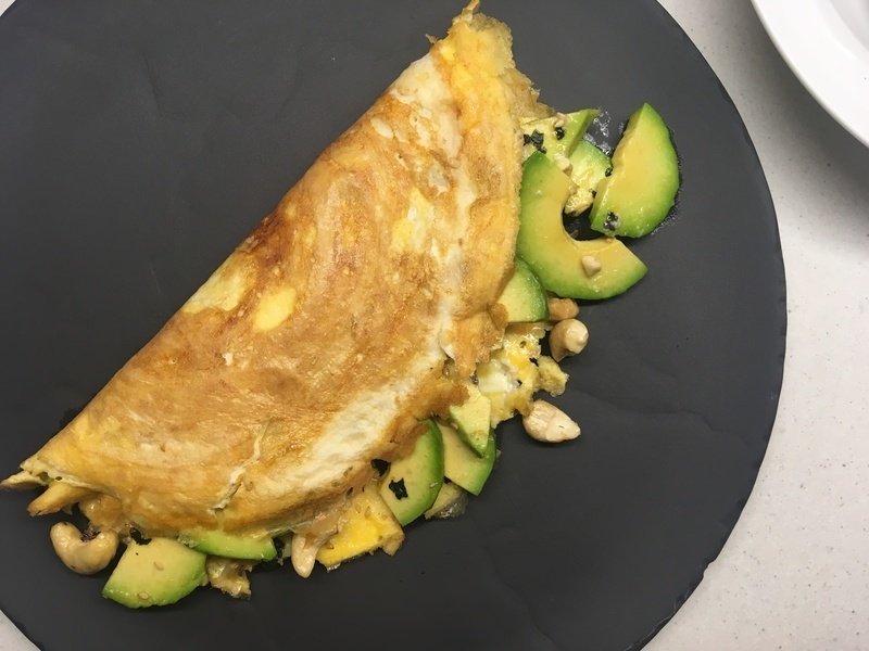 Omeleta s avokádem a řasou nori