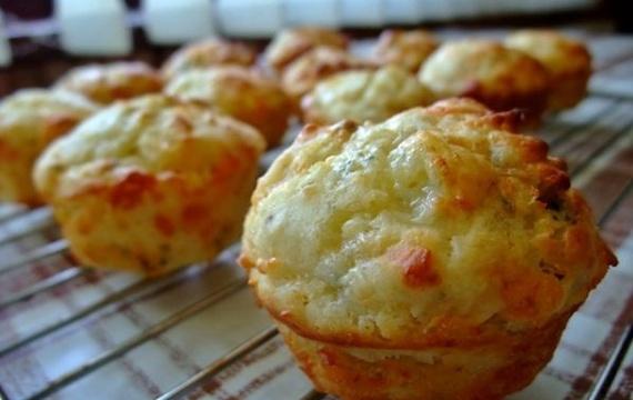 Slané cuketové muffiny se sýrem