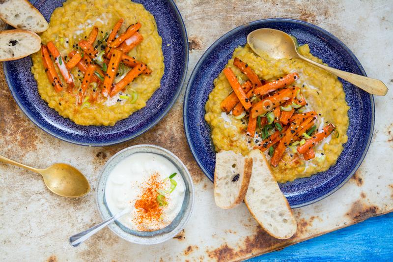 Kořeněná hrachová kaše s pečenou sezamovou mrkví
