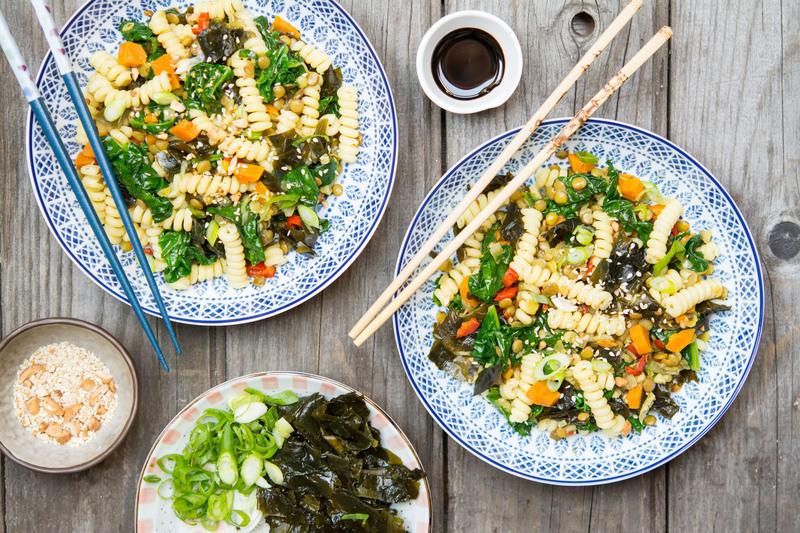 Těstoviny s čočkou, zeleninou a mořskými řasami