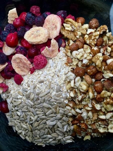 Müsli s oříšky a ovocem