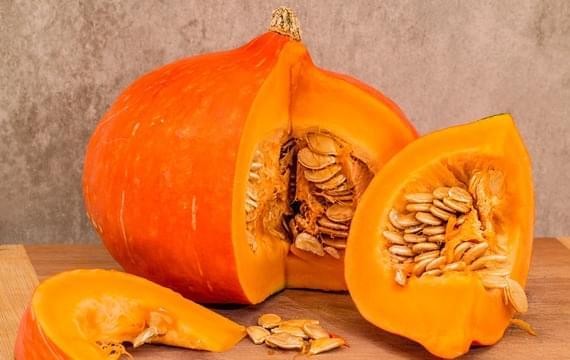 Chystáte se vydlabávat dýně? Poradíme vám, jak využít dužinu i semínka!