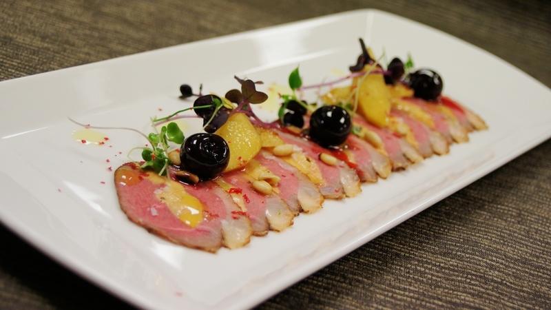 Plátky kachních prsou plněné foie gras se zázvorovým želé a zázvorovým sorbetem