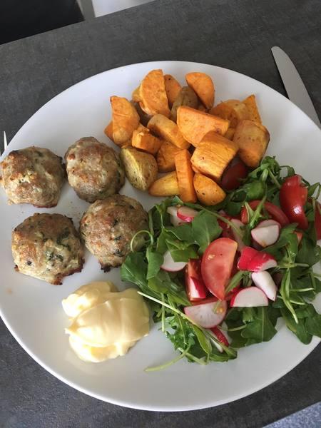 Masové kuličky s batáty a salátkem