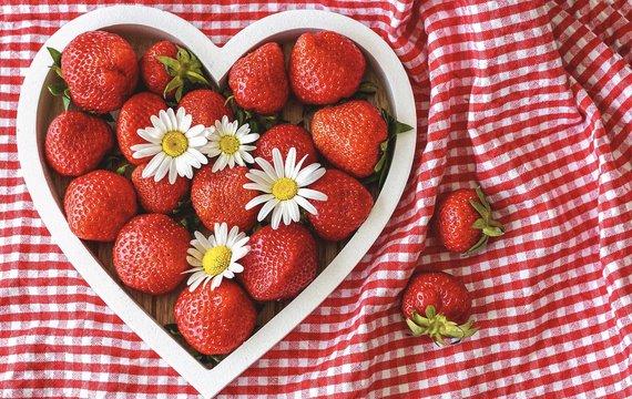 Jahody patří nejen k oblíbeným letním pochoutkám, ale také k pomocníkům, kteří chrání naše zdraví