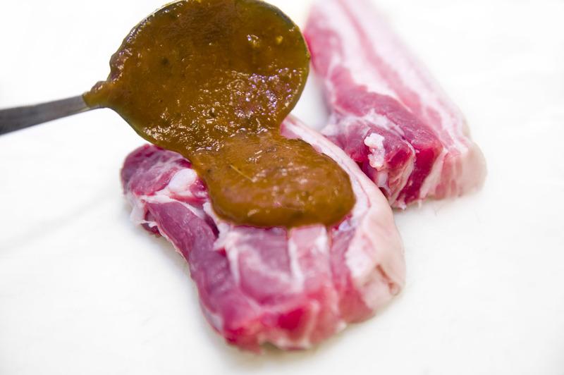 Vepřový bůček s BBQ omáčkou, grilovanou zeleninou a bramborovým puré