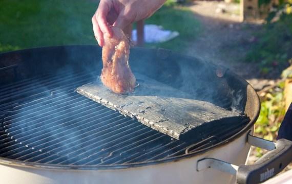 Uzení masa na grilech