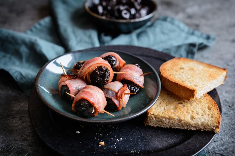 Grilované sušené švestky ve slanině