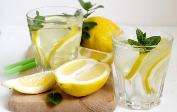 Voda s citronem – zázrak nebo marketingový trik?