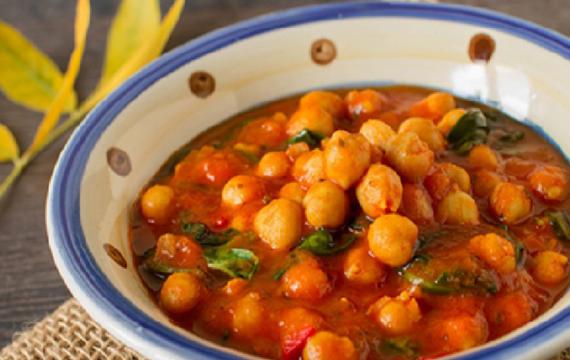 Cizrnové curry s rajčaty a špenátem podle The 1:1 Diet