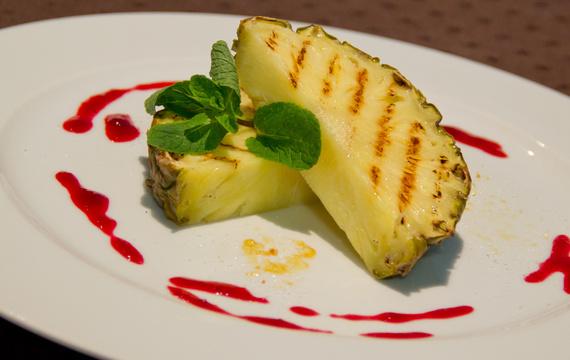 Pečený ananas s mátou a malinovým coulis