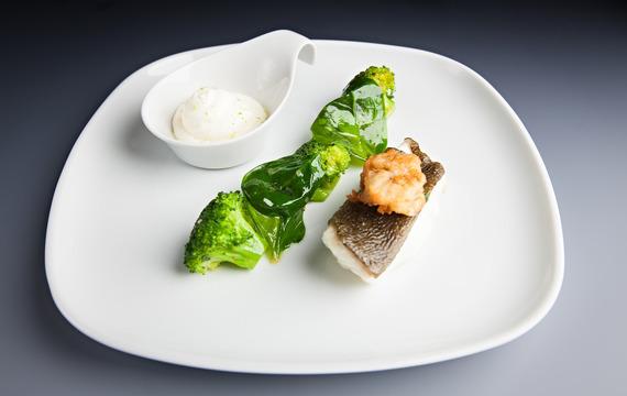 Kambala vařená v koriandrové páře s ústřicovou tempurou, špenátem, brokolicí a smetanou parfémovanou yuyu