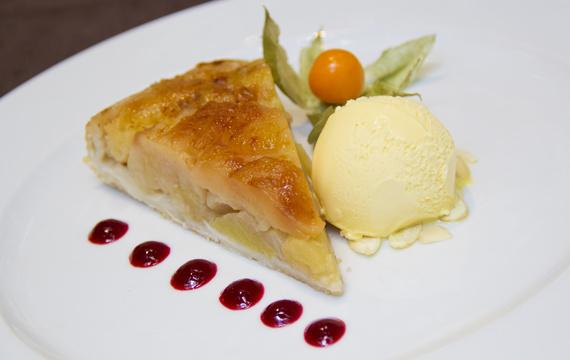 Domácí jablečný koláč s cukrovou krustou a vanilkovou zmrzlinou