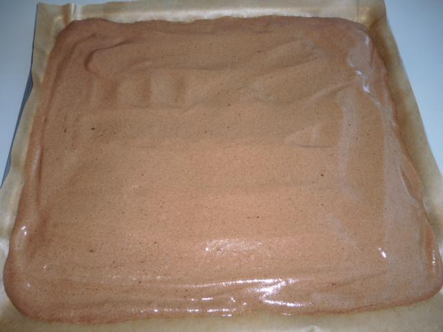 Kakaová roláda s rybízovou marmeládou