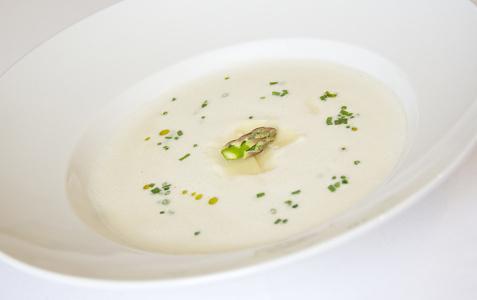 Jemná chřestová polévka s hoblinami sýru grana padano